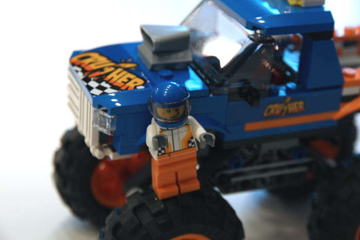 Le pilote sur son Monster Truck